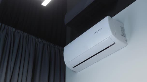 Schaltet die Fernbedienung auf Klimaanlage, Jalousien werden geöffnet, Klimaanlage treibt kalte Luft an
