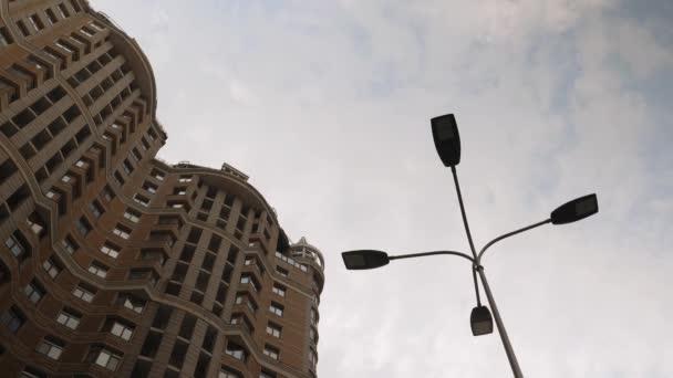 Wolkenkratzer gegen wolkenverhangenen Himmel. Modernes Wohnhaus mit Morgenhimmel