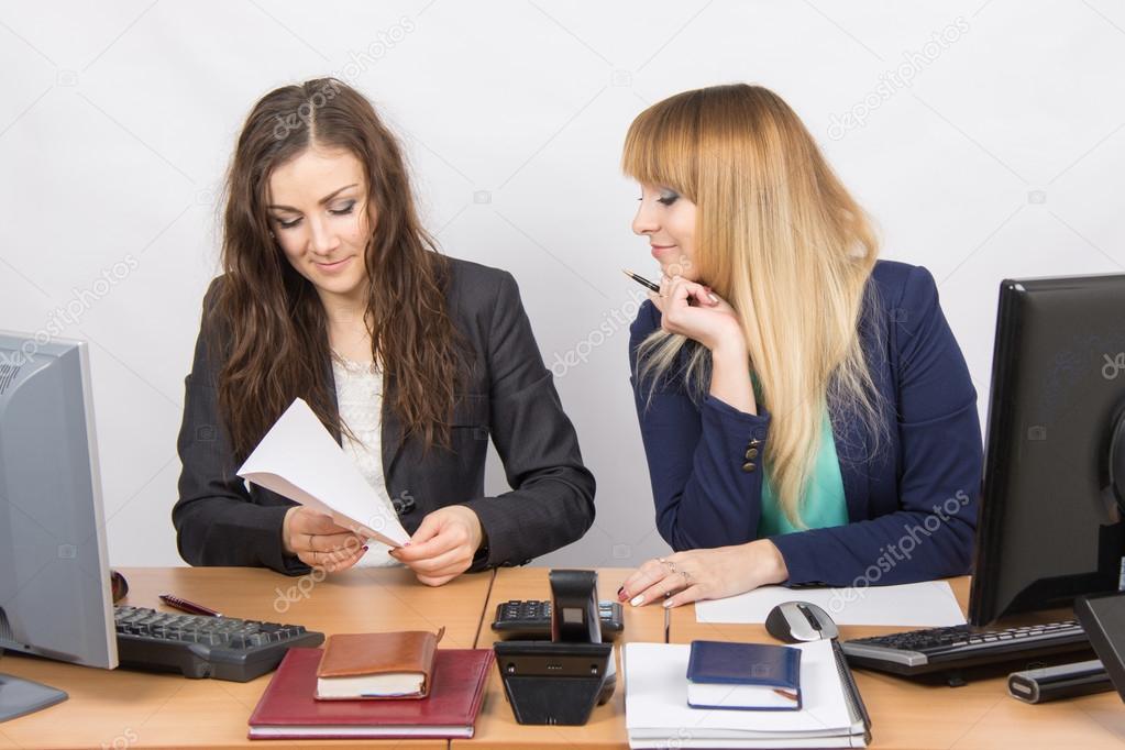 Dos chicas j venes trabajando en una oficina hacer un for Xxx porno en la oficina