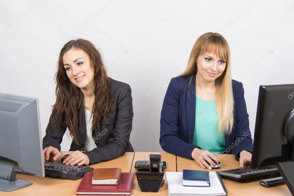 Фото девушки на работе за столом работа хасавюрт для девушек