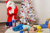 Santa Claus dárky Silvestr a měkčené tváře dvou spacích sester