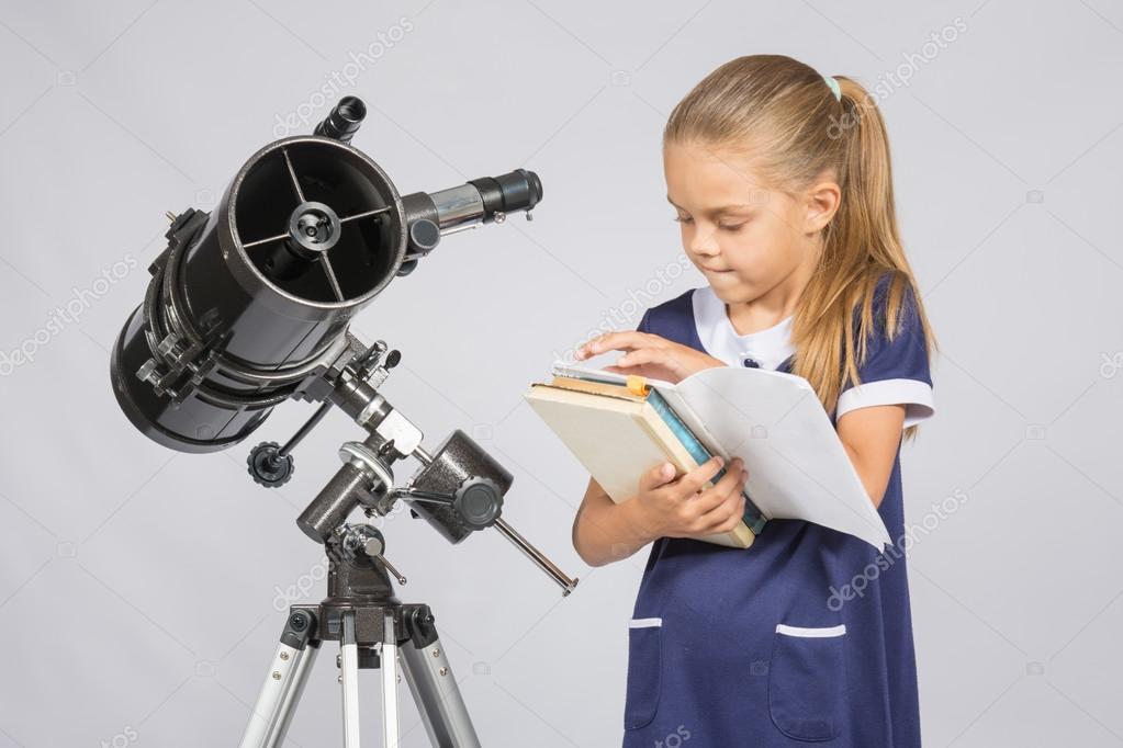 Schulmädchen astronom bücher durchblättern die richtige