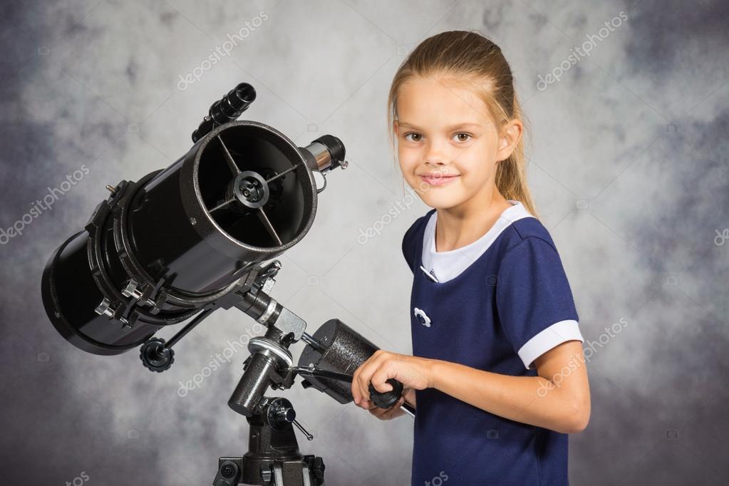 Niña de siete años ajusta el telescopio y miró en el marco de — Foto ...