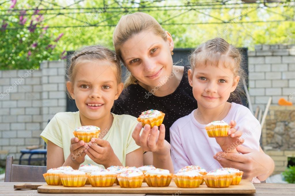 Mutter und zwei Töchter mit Ostern Cupcakes in seinen Händen am ...