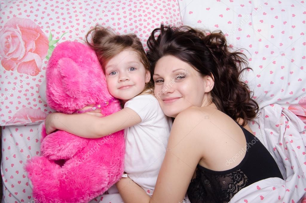 maman embrasse sa fille au lit photographie madhourses 53911727. Black Bedroom Furniture Sets. Home Design Ideas