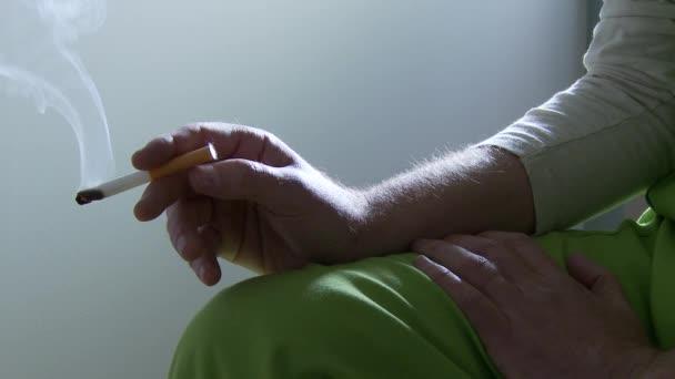 vězeň kouření cigaret