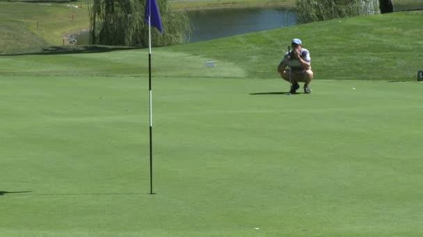 Golfspieler, um zu sehen, Kugel Ansatz Loch hocken
