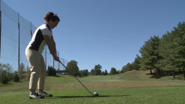 Ženský golfer minul, udeří míč z odpaliště