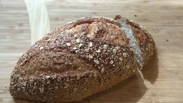 szeletelve friss kenyérrel tábla