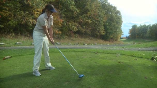 frau golf spielen