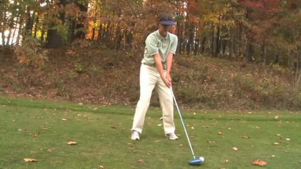 Weibliche Golfer mit einem mächtigen Schwung