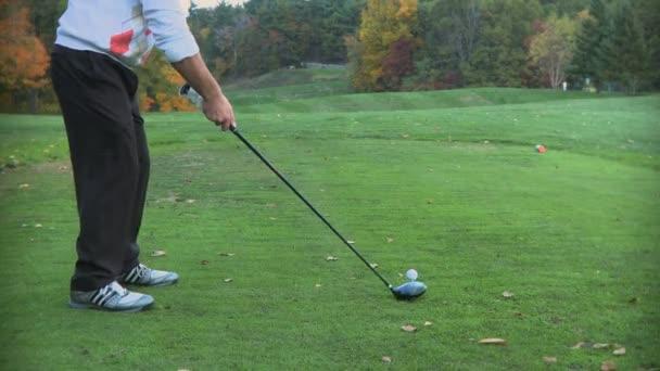 Muž hrající golf