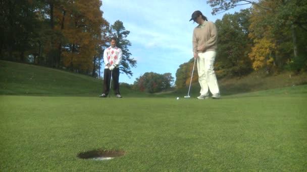 pár hrát golf