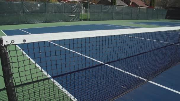 prázdné tenisové kurty