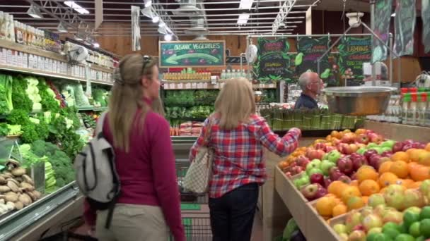 Az emberek vásárlás a szupermarketben
