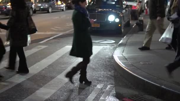 lidé přes rušnou ulici v New Yorku