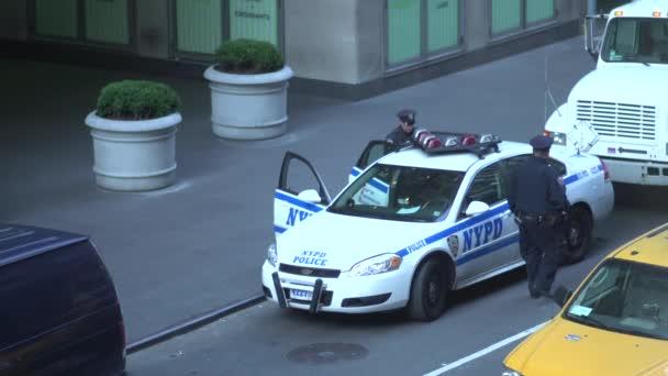 Scény policejní důstojníci poblíž policejní auto