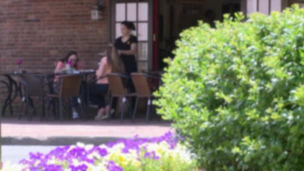 Két hölgy, eszik a szabadban