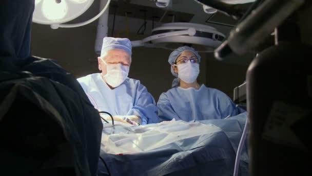 Chirurgen bei der Durchführung einer medizinischen Operation