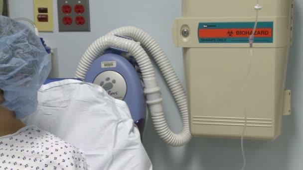 Lékař konzultuje s pacientem v nemocnici