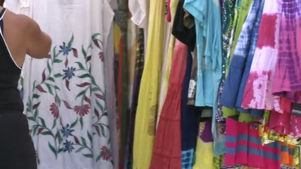 Látszó-on egy kézműves vásáron ruhák