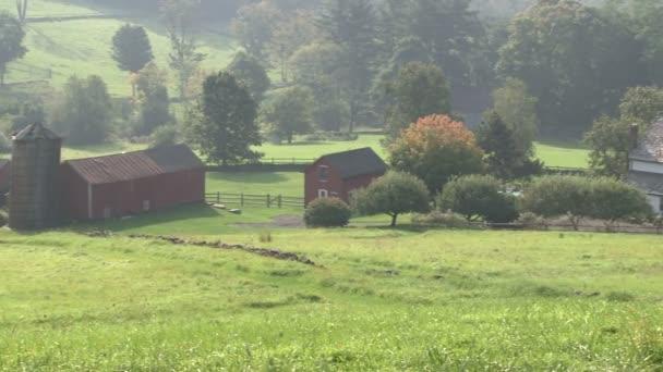 Při pohledu dolů z kopce na farmu na mlhavý den (5 z 6)