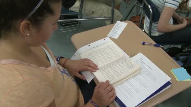 Középiskolás lány olvasó osztály