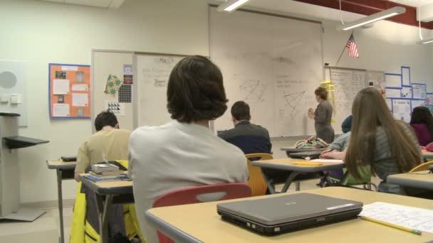Učitel na tabuli před třídou (2 z 5)