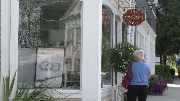 Nő ablakot vásárolni