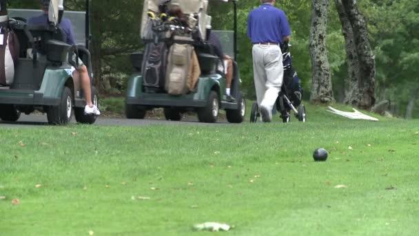 Golfisté jezdit v golfové vozíky