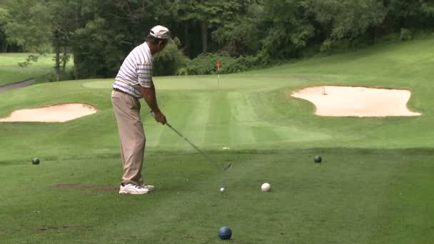 Golfista odpal a umístí jej v plavební dráze