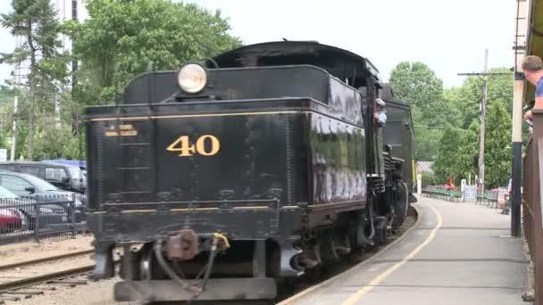 Vlak pomalu táhne do stanice (část 2 ze 4)
