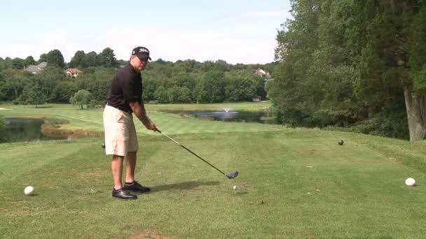 Golfer abschlägt mit eine solide Schaukel