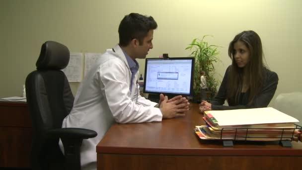 Pacient a lékař diskutovat o vážné zdravotní stav