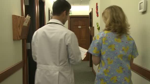 Arzt berät sich mit einem Arzt oder einer Krankenschwester