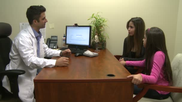 Arzt bespricht Behandlung mit Familie