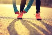 Fotografie woman runner tying shoelace
