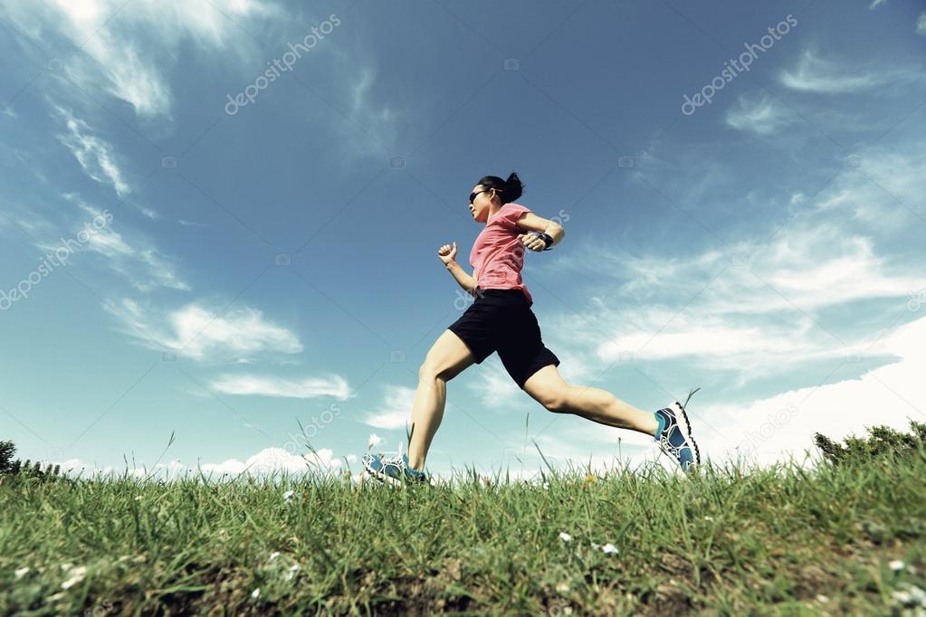 e329f72bda2 Corredor de trail de mujer joven sana en pico de la montaña hermosa — Foto  de ...