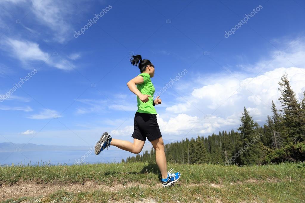 4628fb9de28 Corredor de trail de mujer joven sana en pico de la montaña hermosa — Foto  de lzf