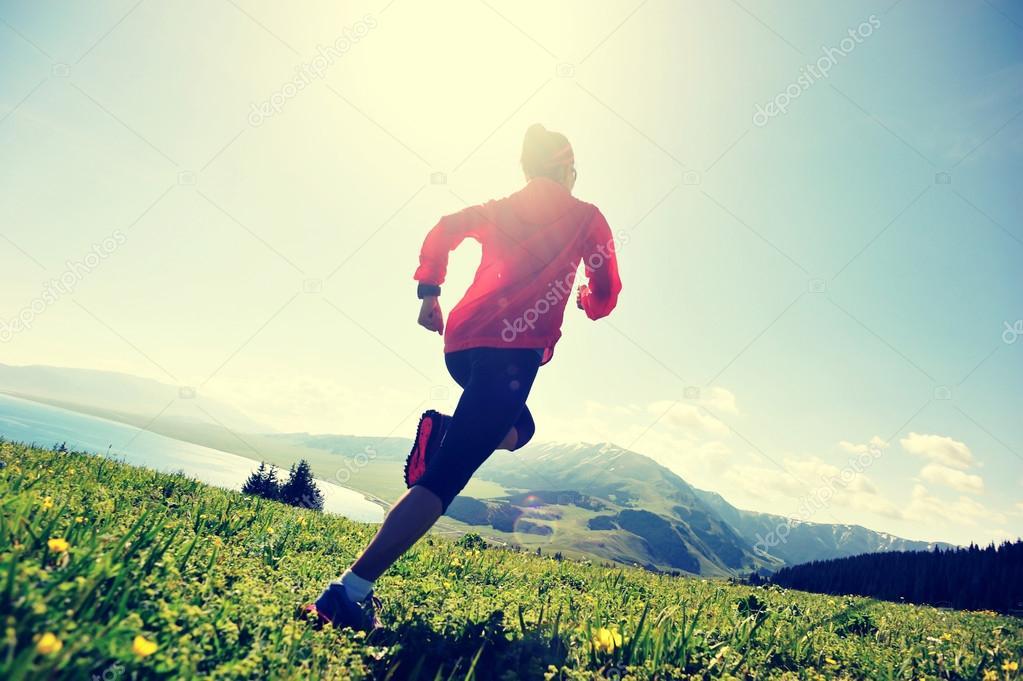 5371dcd8e02 Corredor de trail de mujer joven fitness en pico de la montaña hermosa —  Foto de ...