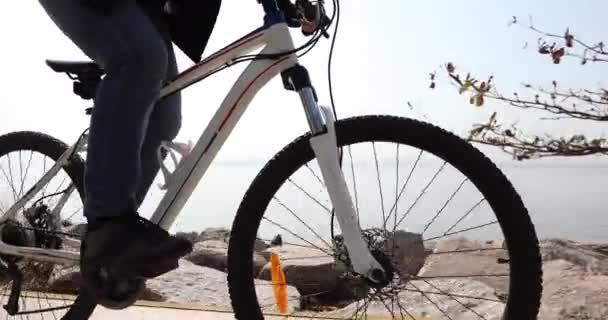 Mladá žena na kole