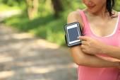 Fényképek futó sportoló szúró telefon mp3 lejátszó okostelefonok karszalag zenét hallgatni