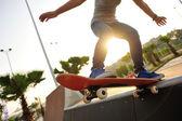 Fotografia Skateboarder skateboard nel parco