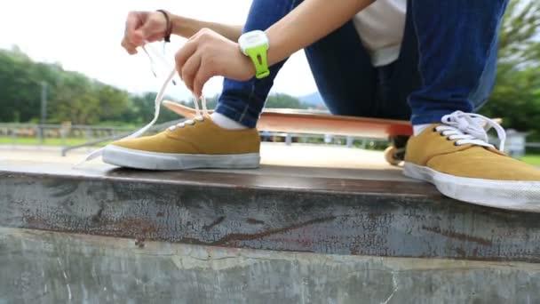 skateboardista vázání tkaničky