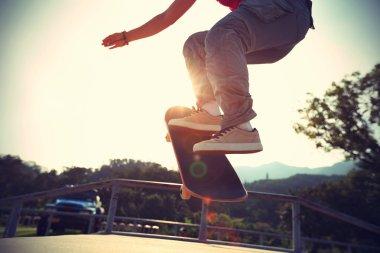 Skateboarder legs doing ollie