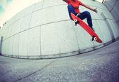 Mladá žena skateboardista