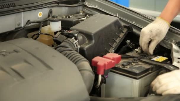 munkavállaló takarítás az autó-motor