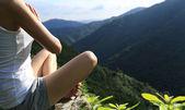 Frau praktiziert Yoga