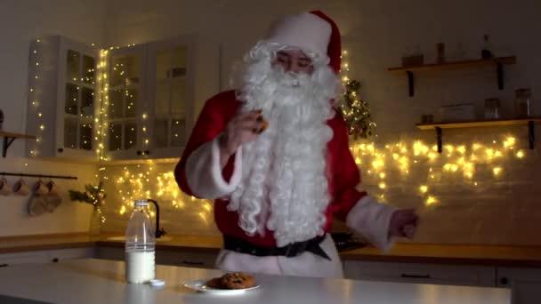 Fröhlicher Weihnachtsmann tanzt zu Weihnachten in Küche
