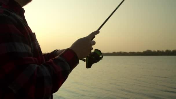Crop ember horgászat napkeltekor a természet